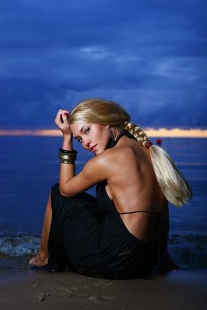 traje de gala: sexy y mujer de lujo en la puesta del sol backgroung