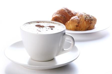 capuchino: taza de caf� fresco en blanco