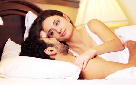 desayuno romantico: Joven y hermosa pareja en la cama Foto de archivo