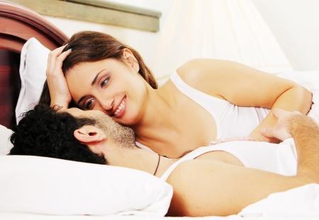 luna de miel: Joven y hermosa pareja en la cama Foto de archivo