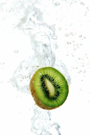 dropped: Kiwi fresca en agua