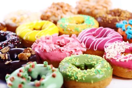 흰색 배경에 화려하고 맛있는 도넛