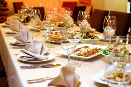 mesa para banquetes: Tabla de banquetes con servicio de restaurante y snacks Foto de archivo