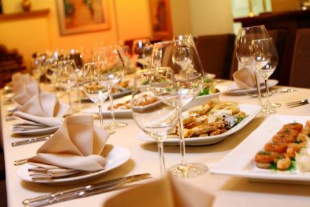 gourmet dinner: Tabla de banquete con servicio de restaurante y bocadillos