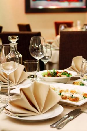 mesa para banquetes: Tabla de banquete con servicio de restaurante y bocadillos