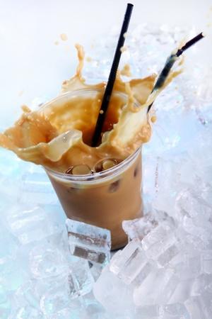 chaud froid: Caf� froid boisson WAvec glace et �claboussures