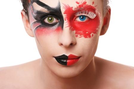 color in: Hombre hermoso con abstracta make up y diferentes colores en sus ojos