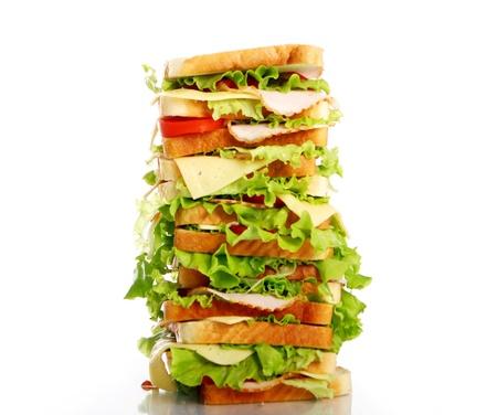 sandwich au poulet: Tr�s gros sandwich isol� sur fond blanc