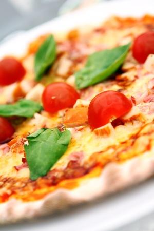 접시에 뜨거운 맛있는 피자