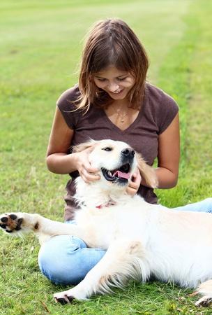 perros jugando: Mujer jugando con su perro al aire libre