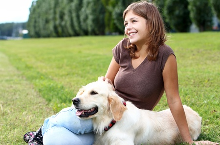 perro labrador: Mujer jugando con su perro al aire libre