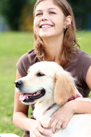 perro labrador: Mujer jugando con sus perros al aire libre