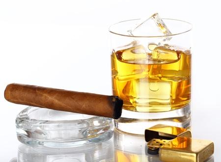cigarro: Vaso de whisky y puros sobre fondo blanco