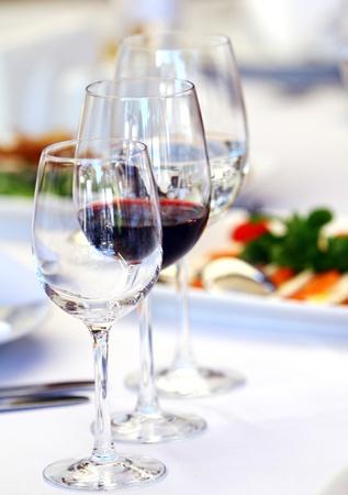 cubiertos de plata: Copas de vino en la mesa del banquete de lujo  Foto de archivo