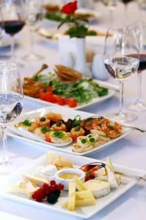 buffet food: Diferentes aperitivos para el vino en la mesa de banquete de lujo