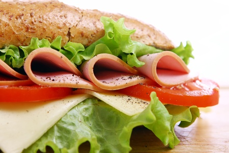 白地に新鮮でおいしいサンドイッチ