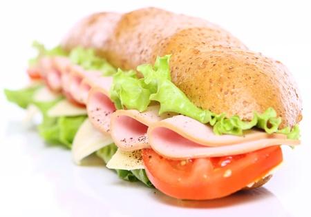 jamon y queso: Sándwich fresco y sabroso sobre fondo blanco