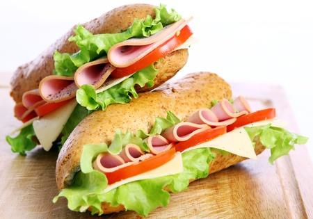 csemege: Friss és ízletes szendvics fölött fehér háttér Stock fotó