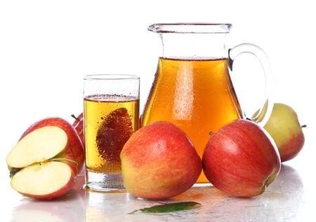 tomando jugo: Manzana fresca y fr�a jugo contra el fondo blanco