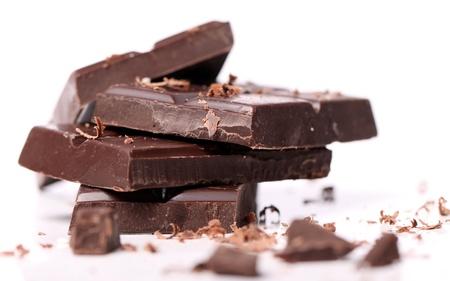 Brocken: St�cke von schwarzer Schokolade vor weissem Hintergrund