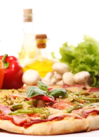 Verse en smakelijke pizza op keukentafel