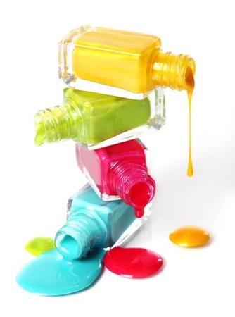 emalj: Flaskor med spillt nagellack över vit bakgrund Stockfoto