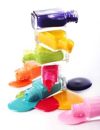 derrames: Botellas con esmalte de u�as derramada sobre fondo blanco Foto de archivo