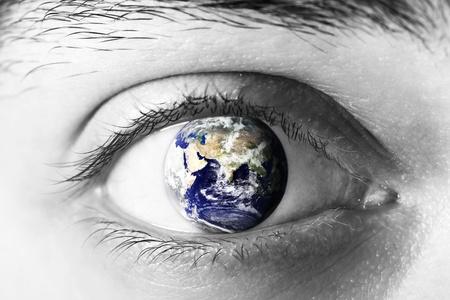 perception: El planeta Tierra en el ojo Foto de archivo