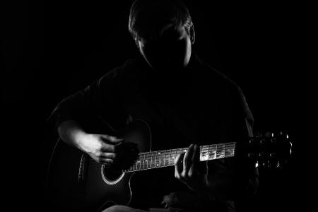 musicos: El hombre con la guitarra en la oscuridad