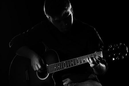 m�sico: El hombre con la guitarra en la oscuridad