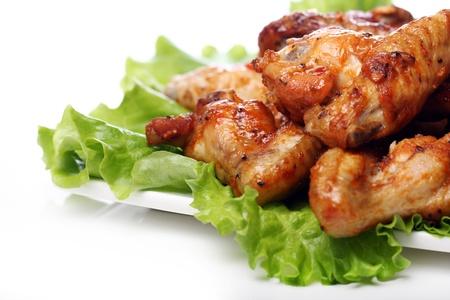 alitas de pollo: Delicioso pollo frito y las verduras en el plato