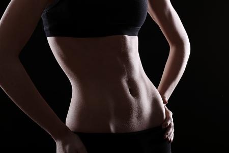 abdomen fitness: Est�mago delgado y sexy sobre fondo negro