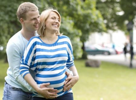 embarazada feliz: Feliz mujer embarazada y su marido en el parque