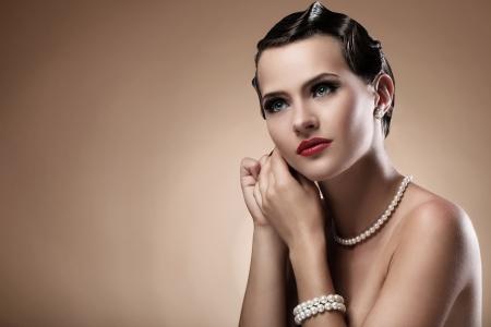perlas: Retrato de mujer hermosa en la imagen del vintage