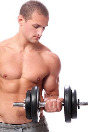 levantar pesas: Tipo muscular haciendo ejercicios con mancuernas sobre fondo blanco