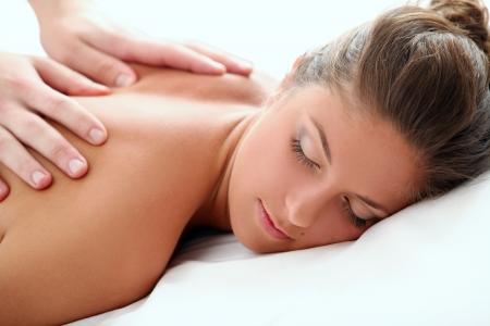 masaje: Hermosa mujer disfrutando de un masaje terap�utico Foto de archivo