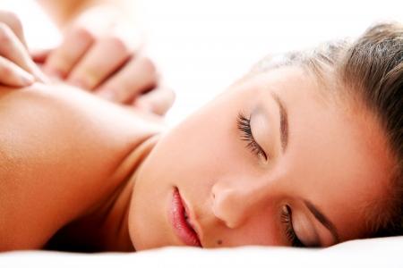 personnes de dos: Belle dame en appr�ciant un massage th�rapeutique Banque d'images