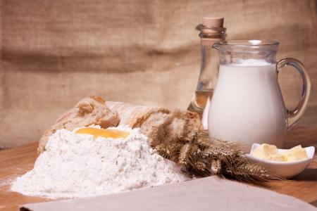masa: Primer plano de diferentes ingredientes para hornear sobre la mesa