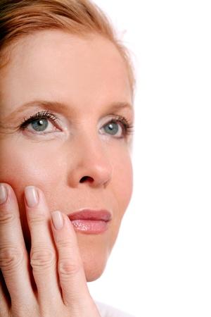arrugas: Retrato de mujer hermosa mayor sobre el fondo blanco