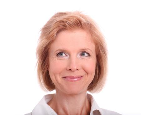 old dame: Ritratto di donna felice invecchiato su sfondo bianco