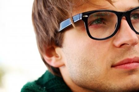 occhiali da vista: Potrait di ragazzo bello e intelligente al giorno di autunno freddo nel parco