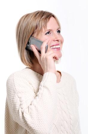 edad media: Caucasian mujer de mediana edad en el tel�fono celular sonriente sobre fondo blanco
