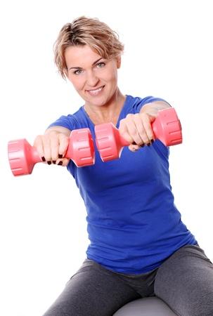 donne mature sexy: Carino donne di età compresa tra metà fare esercizi con manubri su una palla abs