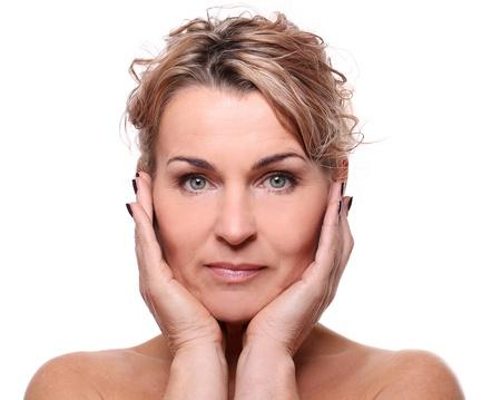 edad media: Retrato de la hermosa mujer de edad media aislado en un blanco