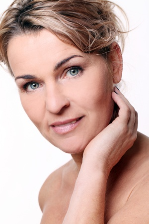 yaşları: Beyaz izole güzel orta yaşlı kadının portresi