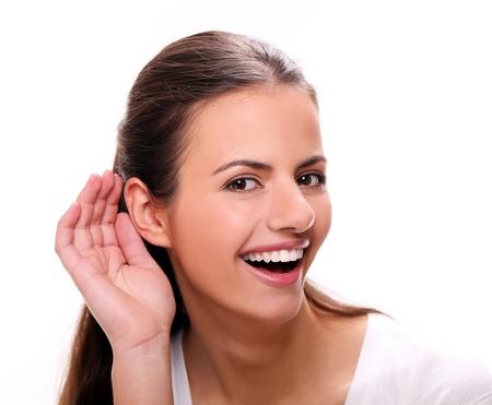 personas escuchando: Mujer joven hermosa con sonrisa atractiva escucha Foto de archivo