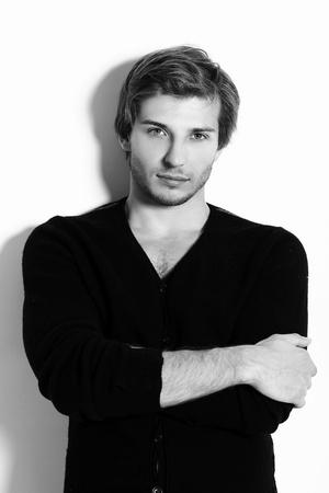 beau jeune homme: Portrait d'un homme beau et attrayant dans le studio