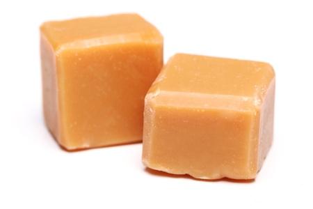toffee: Lekkere bruine butterscotch geïsoleerd op een witte Stockfoto