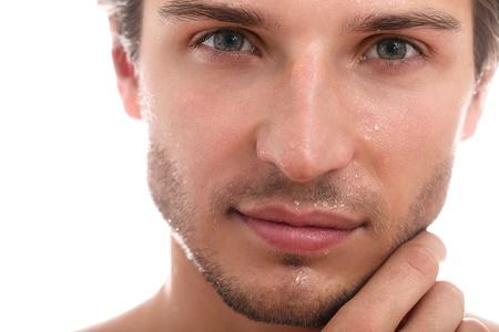 魅力的でハンサムな男の顔のクローズ アップ、白い背景の上