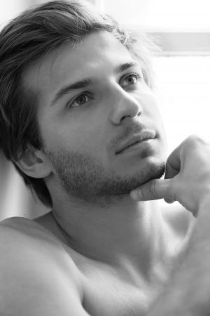 desired: La cara del hombre encantador y hermoso close up sobre un fondo blanco